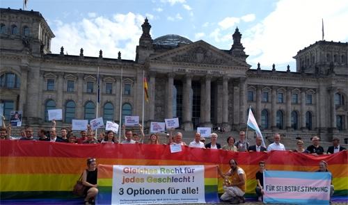 Start Der BVT*-Kampagne Gleiches Recht Für Jedes Geschlecht Am 5. Juli 2018 Vor Dem Bundestag