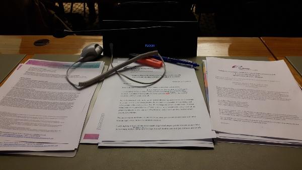 Unterlagen Vor Der Rede Im Saal Des Ausschusses Zum UN-Sozialpakt. Foto: Kim Trau.